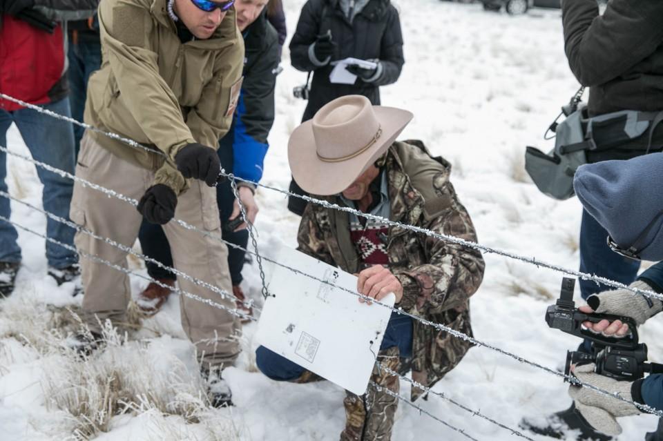 Militants remove section of fence along border of wildlife refuge and a ranchers property on Jan 11. Image Courtesy of oregonlive.com.